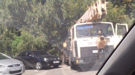 На улице Окружной в Пензе кран столкнул в кювет «Ладу-Приору»
