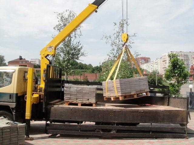Перевозка тротуарной плитки манипулятором